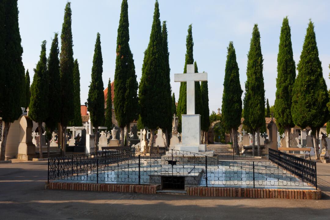 Un cimitero e delle lapidi