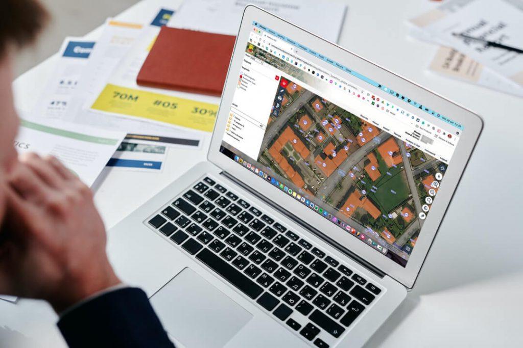 Un persona al PC collegata al webGIS di Pojana Maggiore
